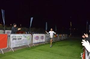 """עדן פז בסיום ריצה של 200 ק""""מ במרוץ סובב עמק"""