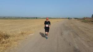 אלון רץ בשדות - צילם: שי אלבלינג