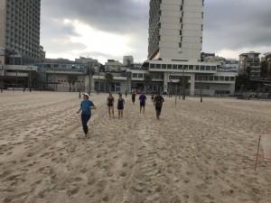 ריצה ברגליים יחפות בחוף גורדון. אימן וצילם: פליקס