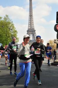 טיול ריצה של 42.195 קילומטר עם בלהה מנדילוביץ בעיר האורות, פריז, על רקע מגדל אייפל