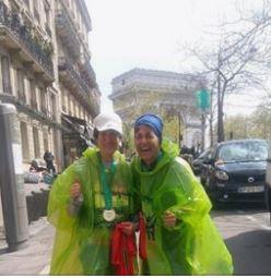 מאושרות ונרגשות לאחר סיום המרתון, מול המלון שלנו על רקע שער הניצחון
