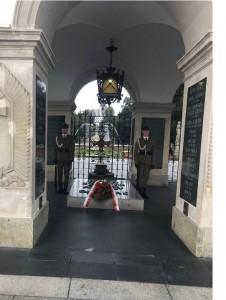 מצבת זיכרון לחייל האלמוני בפארק שמעבר לכביש